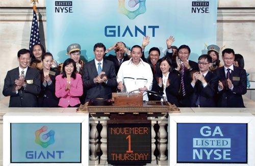 巨人网络董事长兼CEO史玉柱携公司高管敲响开市钟声